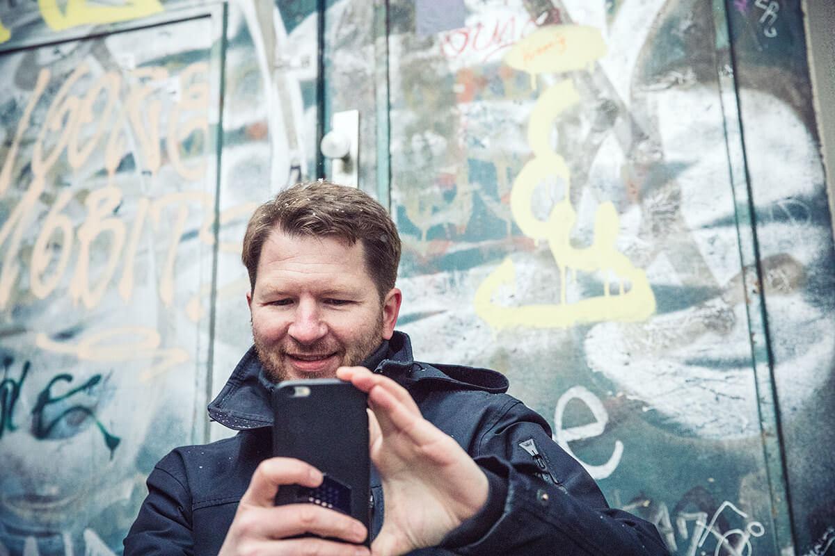 Im Bild Trent McConaghy Gründer und CTO von Ocean Protocol. In Berlin Prenzlauer Berg rund um den Seenefelder Platz. Hier beim Café Impala am Seenefelder Platz.